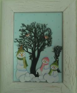 Julebilleder, collager med julemotiver,. Collagen er lavet af forskellig slags papir og forestiller snemænd, der står rundt om et træ