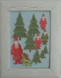 Julebilleder, collager med julemotiver. Collagen er lavet af forskellig slags papir og forestiller julenisser i en granskov