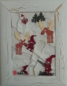 Julebilleder, collager med julemotiver. Collagen er lavet af forskellig slags papir og forestiller nisser og elge i et sne landskab