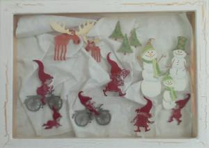 Julebilleder, collager med julemotiver. Collagen er lavet af forskellig slags papir og forstiller legende nisser samt snemænd og elge