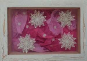Julebilleder, collager med julemotiver. Collagen er lavet af forskellig slags papir og forestiller en stjernehimmel