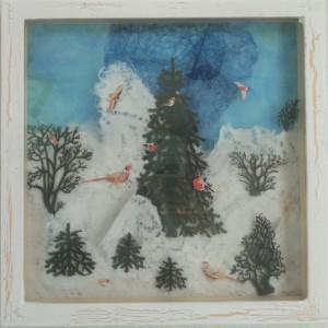 Julebilleder, collager med julemotiver. Collagen er lavet af forskellig slags papir og forestiller en sneklædt skov med grantræer