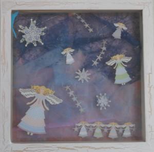 Julebilleder, collage med julmotiver. Collagen er lavet af forskellig slags papir og forestiller engle og stjerne på en nattehimmel