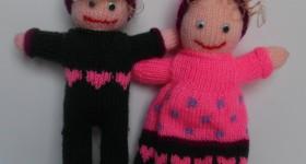 GLADE NISSEBØRN De to søde nissebørn er cirka 40 cm. Materialerne er 100% acrylgarn og fiberfyld. Pris: