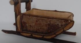 KANE Kanen er lavet af træ længde cirka 12 cm, bredde cirka 6 cm, højde cirka 6 cm Pris: 30 kr længde cirka 20 cm, bredde  cirka 8 cm, højde cirka 9 cm Pris: 60 kr