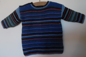 Hjemmestrikket trøje i retstrikning med striber