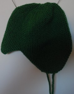 Hjemmestrikkede huer, denne djævelhuer er strikket af grønt akrylgarn på pinde nummer 4