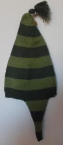 """Hjemmestrikkede huer, en """"lang"""" hue strikket i glatstrikning med striber i lysegrønt og mørkegrønt garn"""
