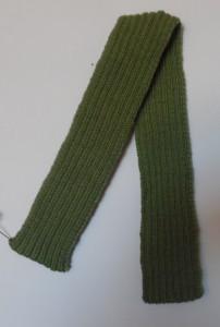 Hejmmestrikkede huer, et halstørklæde strikket i rib strikning af grønt garn, passer til huen