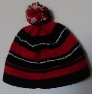 hjemmestrikkede huer, denne flotte tophue med pompon er strikket af sort, hvidt og rødt akrylgarn