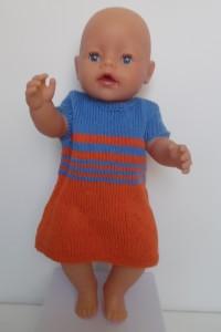 Dukketøj strikket i glade farver