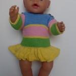 Børnevenlig og vaskbar kjole med stribet overdel og kort strutskørt, strikket af gult, grønt, lyserødt og blåt garn