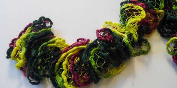 Tørklæde i farverigt og smukt effektgarn