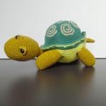 Hæklede dyr, børnevenligt, skildpadde, hæklet at bomuldsgarn og monteret med fiberfyld. Garnet er vissengrønt, lysegrønt, mørkegrønt og beige.