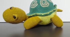 Hæklede dyr, en skildpadde hæklet af farverigt bomuldsgarn , bygget over et skelet af ståltråd og monteret med fiberfyld