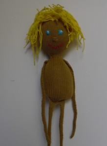 Dukker, sjov og finurlig dukke strikket i vissengrønt bomuldsgarn med hår af gult garn, meget børnevenlig