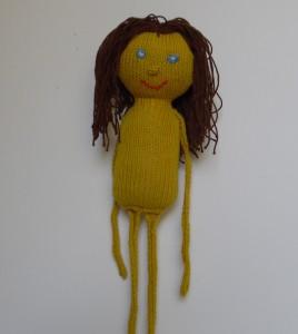 Dukker, Sjov og børnevenlig dukke strikket af karrygult bomuldsgarn med brunt hår og lange arme og ben