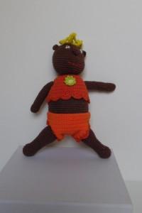 Dukker, sjov og finurlig dukke, meget børnevenlig, og hæklet i bomuldtgar, Dukken er brun og iklædt orange tøj.
