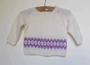 Hjemmestrikkede trøjer til små børn og bayer