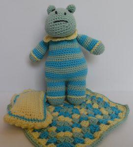 Hæklede dyr, børnevenligt, lyseblå flodhest med tæppe og pude, hæklet af bomuldsgarn og monteret med fiberfyld. Garnet er lysegrønt, lyseblåt og gult