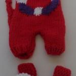 Dukker, dukketøj strikket til de to strikkede slaskedukker, soldragt i rødt, hvidt og lilla bomuldsgarn