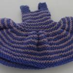 Dukker, strikket dukketøj til de to slaskedukker, kjole med vid nederdel strikket i lys lilla og mørk lilla farver.