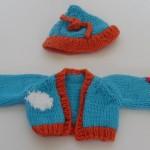 Dukker, strikket dukketøj til de to strikkede slaskedukker, en jakke og hue af blåt og orange bomuldsgarn, mbørnevenligt