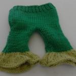 Dukker, strikket dukketøj til de to slaskedukker, lnge bukser i grønt og lysegrønt garn