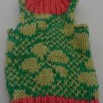 Dukker. strikket tøj til de to slaskedukker, bluse i grønt, gult og orange farver