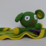 Babylegetøj, en sjov og finurlig sutteklud med et bamsehoved, hæklet i grønt og gult bomuldsgarn