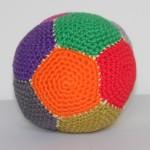 babylegetøj, bold hæklet af bomuldsgarn i forskellige farver og monteret med fiberfyld