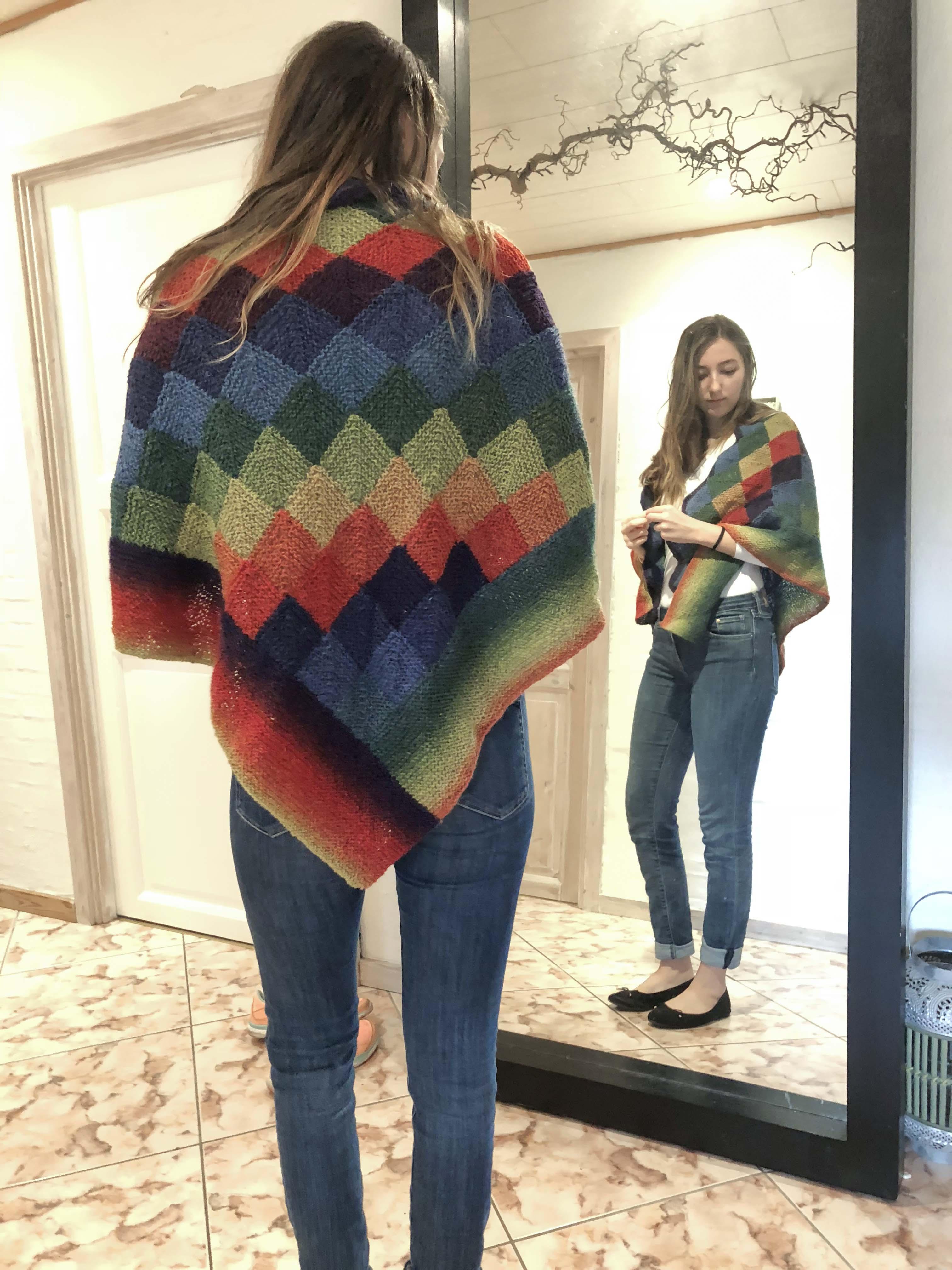 Lækkert og varmt sjal strikket i domino strik af multifarvet uldgarn