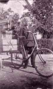Arkiv billeder fra Fejø, Niels Peter Karl Christian Christiansen med sin cykel