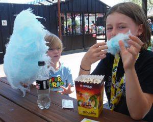 legoland, drengene spiser candy floss og popkorn