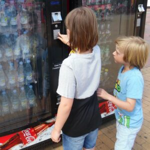 legoland, drengene trækker sodavand i automaten