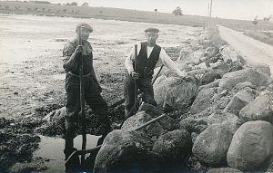 Arkiv billeder fra Fejø, dæmningen mellem Fejø og Skalø, vejarbejde