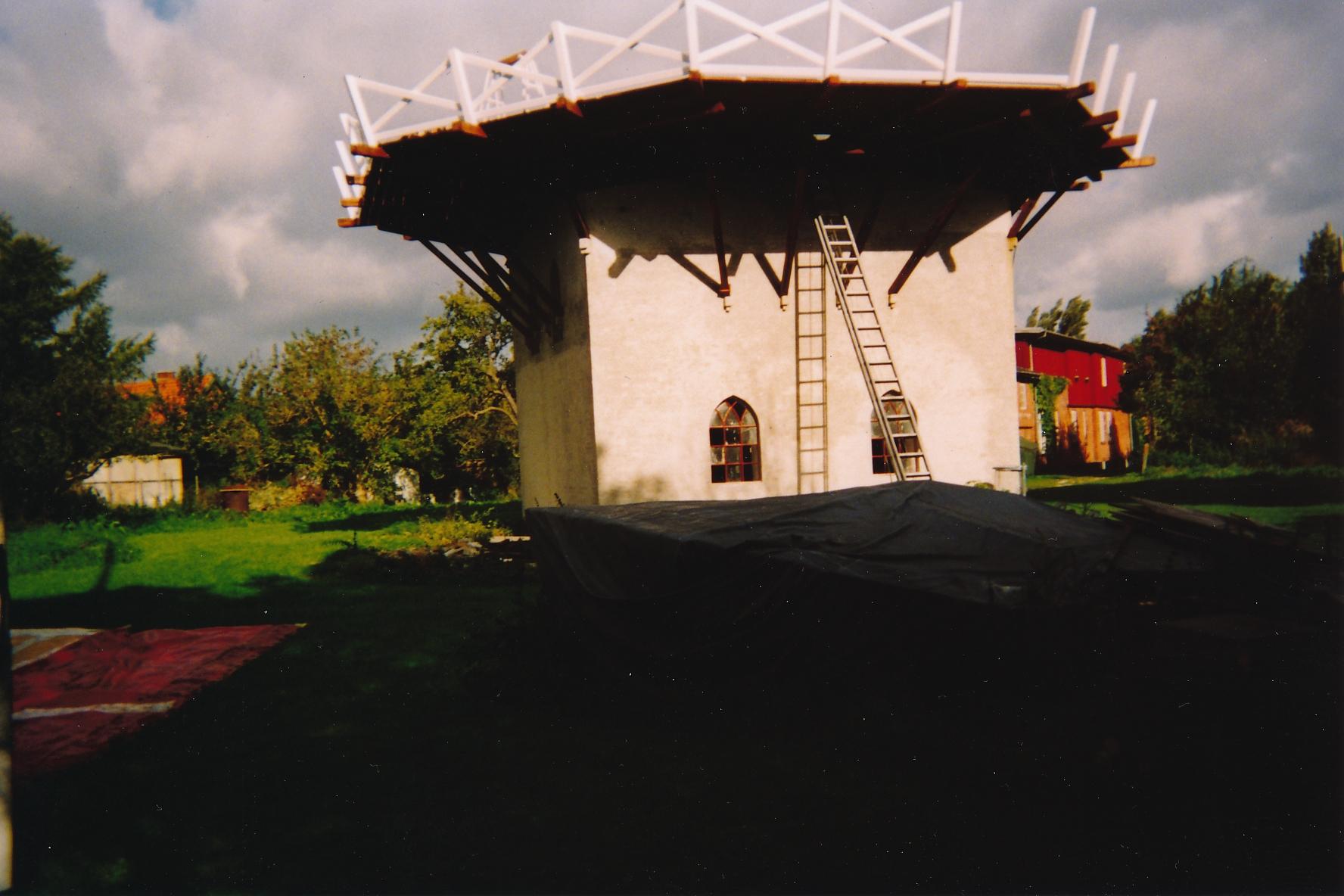 Fejø Mølle, så er såvel undermøllen som galleriet (omgangen) færdig, 2004