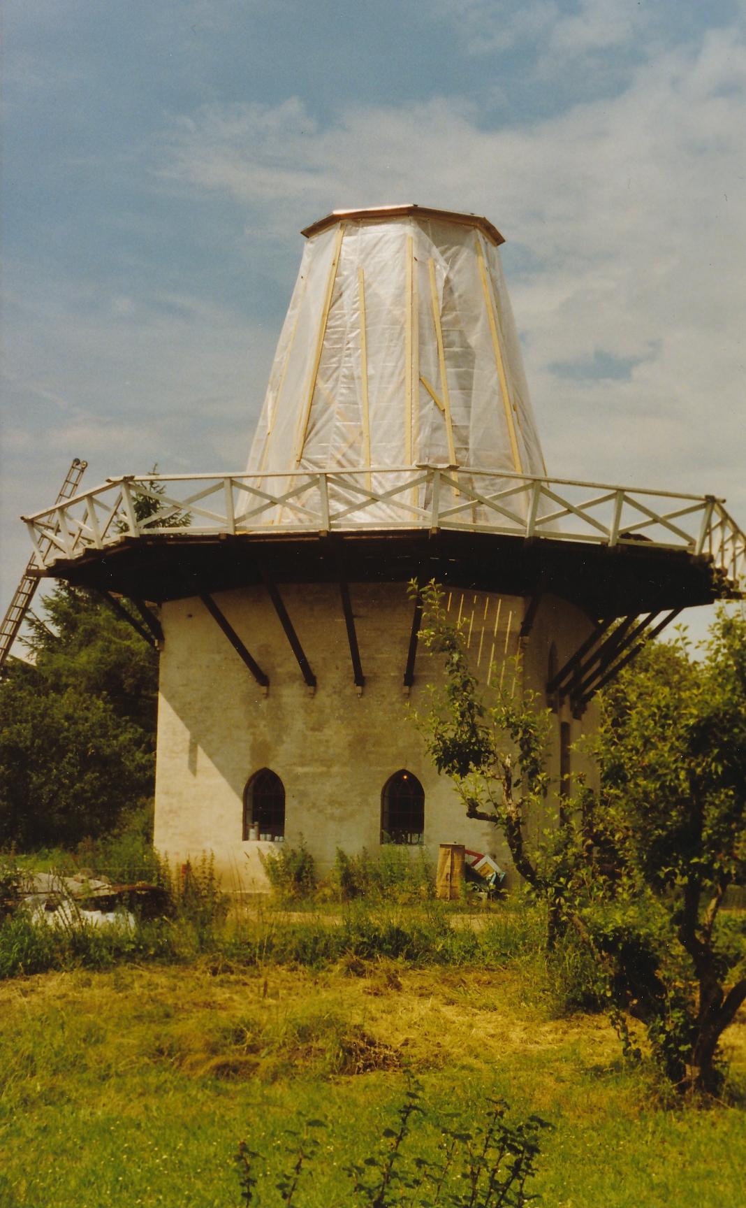 Fejø Mølle, møllens overkrop er overdækket og restaureringen er påbegyndt, 2007