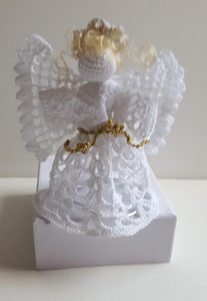 hvid engel med guldbælte hæklet af DMC garn