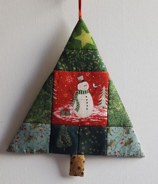 patchwork - juletræ lavet af smukt stof med julemotiver og en snemand i midten