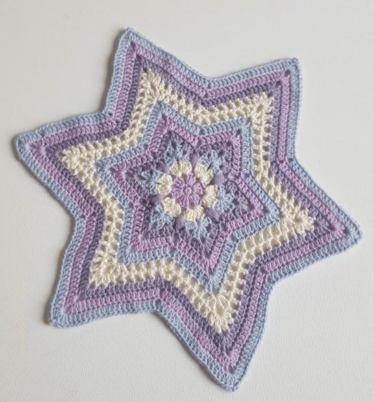 Stjerneformet flacon i hvide, blå og lilla nuancer, materialet er kæmmet bomuld