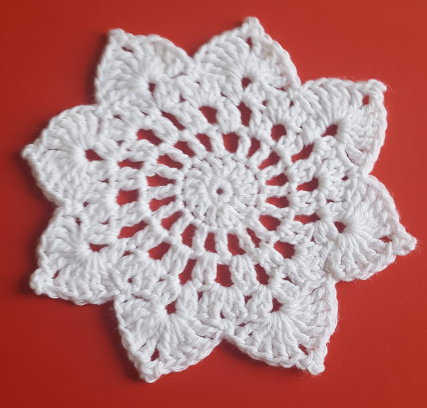 julestjerne hæklet i hvidt garn med en diameter på ca 12 cm