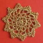 Stjerne hæklet af guldtråd vil være flot som pynt til juletræet