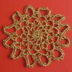 Julestjerne er uundværligt pynt i julen, her er den hæklet af guldtråd